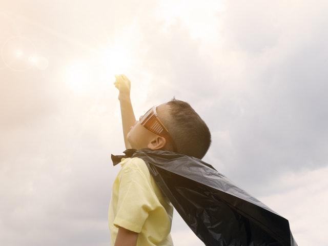 Ett barn i superhjältedräkt